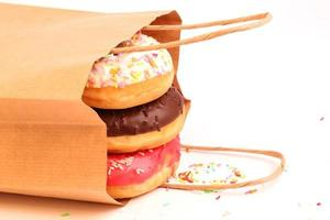 gebratene Donuts in einer Papiertüte foto