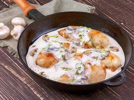 Pfanne mit gebratener Hähnchenbrust und Pilzen foto