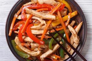 Huhn mit Gemüse Nahaufnahme auf einem Teller. Draufsicht