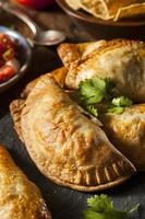 hausgemachte gefüllte Hühnchen Empanadas foto