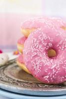 rosa Donads auf Küchenhintergrund, Nahaufnahme foto