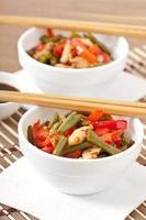 Braten Sie das Huhn mit Paprika und grünen Bohnen an