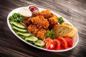 Hühnernuggets und Gemüse foto