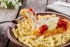 Hähnchenschnitzel mit Tomatensauce und Mozzarella-Parmesan foto