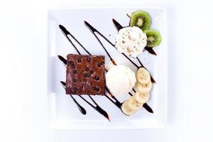 Brownie und Eis mit Schlagsahne und Banane foto