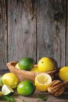 Zitronen und Limetten foto