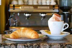 Kaffee und Croissant foto