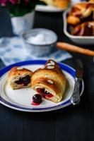 Croissant mit Kirschen foto