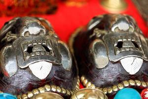 Masken auf Schildkrötenpanzern. Shigatse-Tibet. 1787 foto