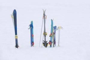 Schneefeld und Ski foto