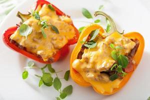 Gefüllte bunte Paprika mit Fleischkäsegemüse foto