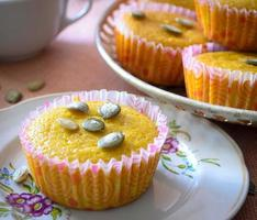 Muffins mit Äpfeln und Kürbiskernen foto