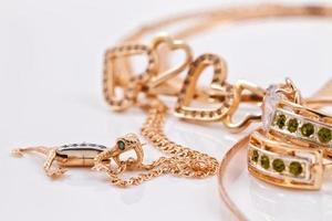 goldene Ohrringe und Anhänger in Form von Salamander foto