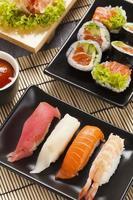 die Zusammensetzung von Nigiri-Sushi foto