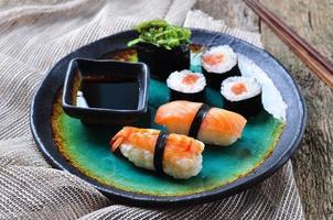hausgemachtes Sushi mit wildem Lachs, Garnelen, Gurken und Seetang
