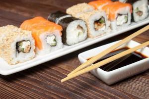 Sushi-Sortiment auf weißem Teller foto