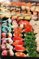 japanisches Sushi - Sushi-Ei, Garnelen, Krabbenstäbchen, Seetang. foto