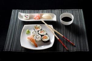 Sushi auf weißem Teller