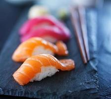 Sushi-Aufnahme mit extrem selektivem Fokus foto