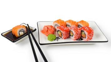 Sushi auf hellem Hintergrund.