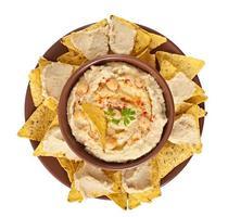 gesunde hausgemachte Hummus- und Pita-Chips lokalisiert auf weißem Hintergrund foto