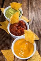 Nacho-Dips (Salsa, Guacamole und Käse) foto