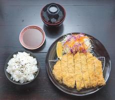 Set Tonkatsu-Schweinefleisch mit Reis-Miso-Suppe und Gurken foto