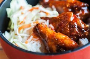 Hühnchen mit süßen Saucen und Reis foto