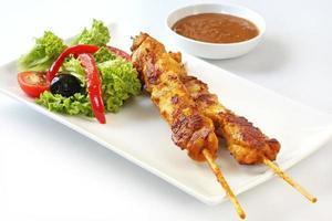 Kebabs und Salat foto