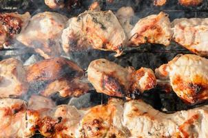 saftig geröstete Kebabs und auf dem Grill foto