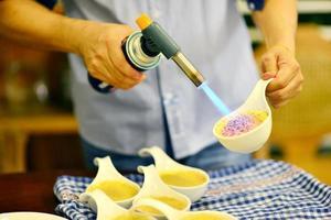 Karamellisieren einer Crème Brûlée foto