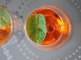 Aperol Spritz in einem Weinglas foto