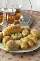 frischer türkischer Kadayif und Tee foto