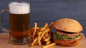 Bier Burger und Pommes