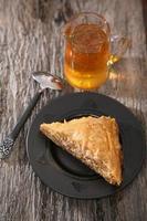 Stück Baklava auf einem Teller serviert foto