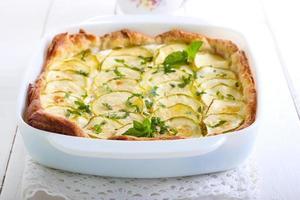 Zucchini, Kräuter und Käsetarte foto