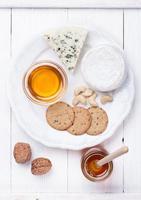 Camembertkäse und Blauschimmelkäse mit Honig und Nüssen. foto