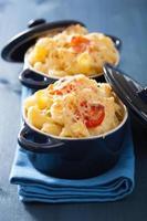 gebackene Makkaroni mit Käse in blauem Auflauf foto