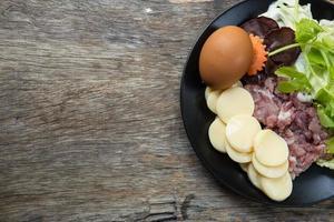Ei Tofu und Schweinefleisch mit rohen foto