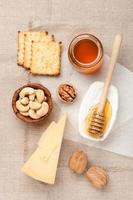 Camembert- und Parmesankäse, Honig und Nüsse foto
