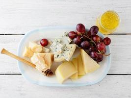 Käse mit Honig und Trauben foto