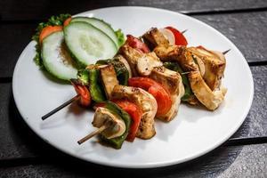 Gegrillte Tofu-Spieße mit Gemüse foto