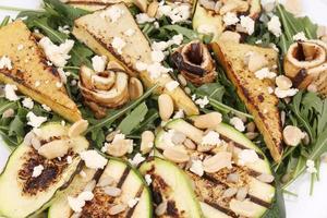 Salat mit gegrilltem Gemüse und Tofu. foto