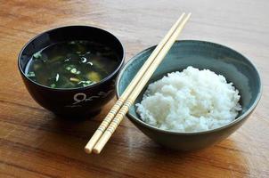 Reis-Miso-Suppe in schwarzer Schüssel, original japanische Art foto