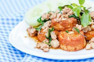 gebratenes Schweinefleisch und Bohnengallerte mit Basilikum umrühren. foto