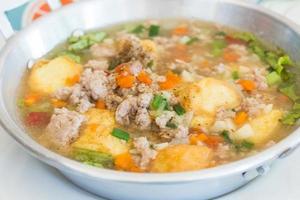 Gebratenen Tofu mit gehacktem Schweinefleisch und Karotten umrühren foto