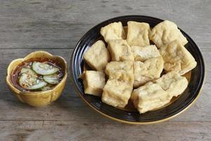 Gebratener Tofu, Sojabohnenquark auf Holztisch servieren foto