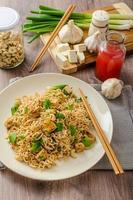 chinesische Nudeln mit Tofu und Cashewnüssen foto