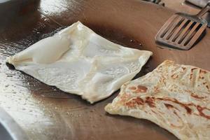 Chapati auf der Pfanne kochen foto