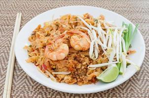Gebratene Nudeln nach thailändischer Art mit Garnelen (Pad Thai)